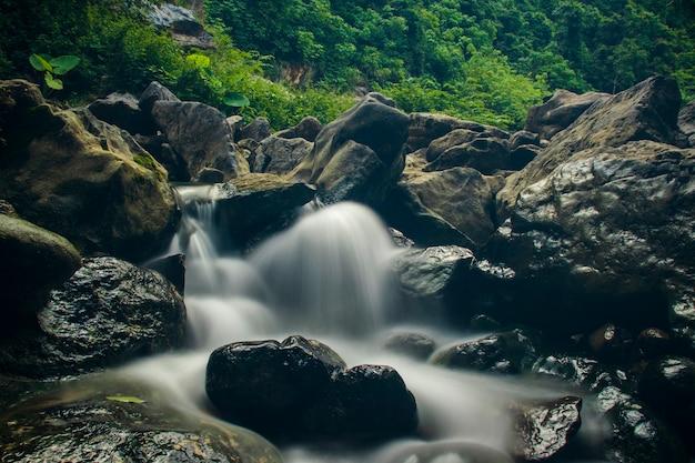 Zdjęcie płynącej wody w bardzo pięknym miejscu turystycznym nad wodospadem pudeng w dzielnicy aceh besar