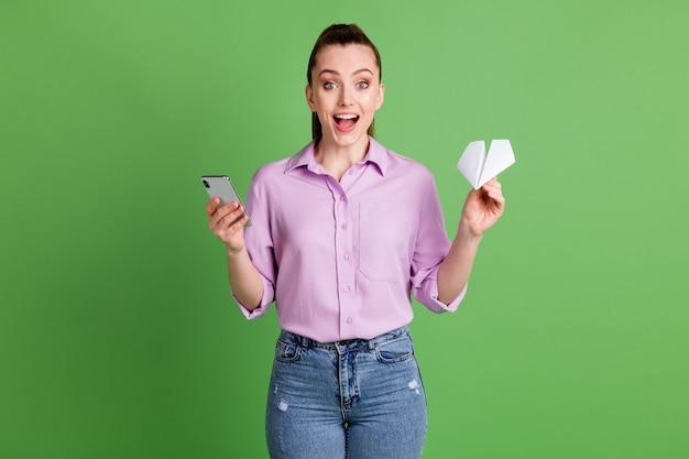 Zdjęcie podekscytowanej dziewczyny używa smartfona pod wrażeniem szybkiej prędkości list mediów społecznościowych wyślij przytrzymaj papierowy samolot