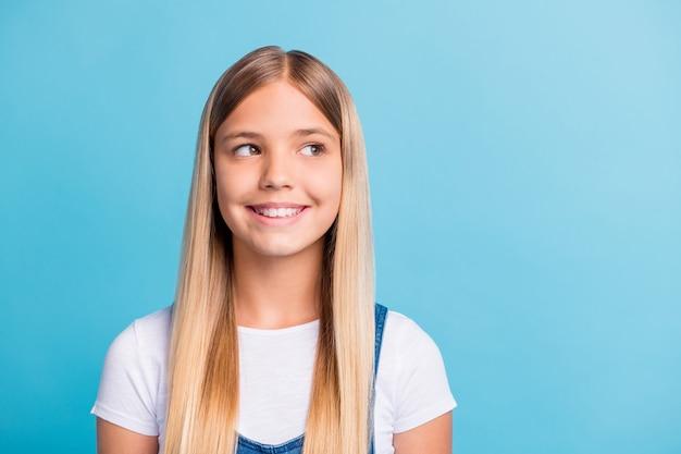 Zdjęcie portret marzycielskiej dziewczyny patrzącej na pustą przestrzeń odizolowaną na pastelowym niebieskim tle