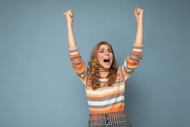 Zdjęcie portret młodej całkiem pięknej szczęśliwej pozytywnej zabawnej radosnej blondynki kobiety ze szczerym