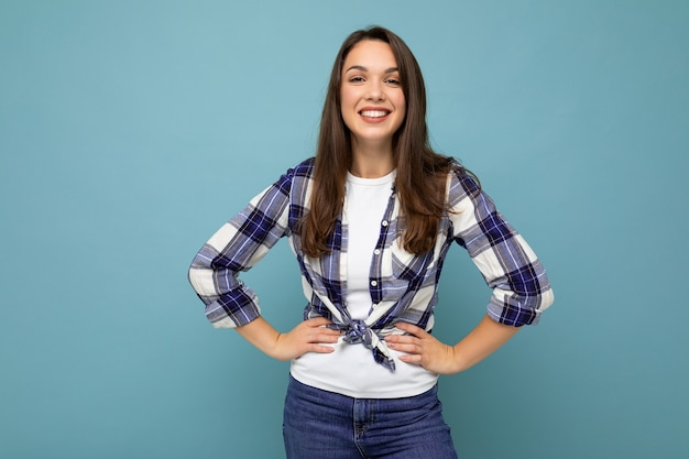 Zdjęcie portret młodej uśmiechniętej kobiety hipster w modnej niebiesko-białej koszuli i