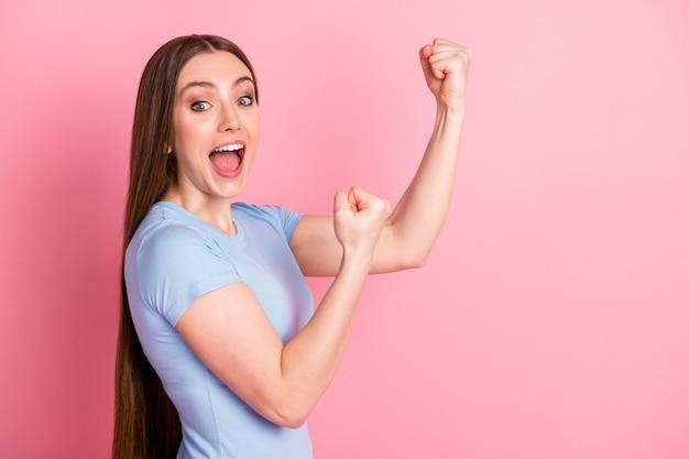 Zdjęcie portret profilu krzyczącej dziewczyny walczącej pokazującej dwie pięści odizolowane na pastelowym różowym tle