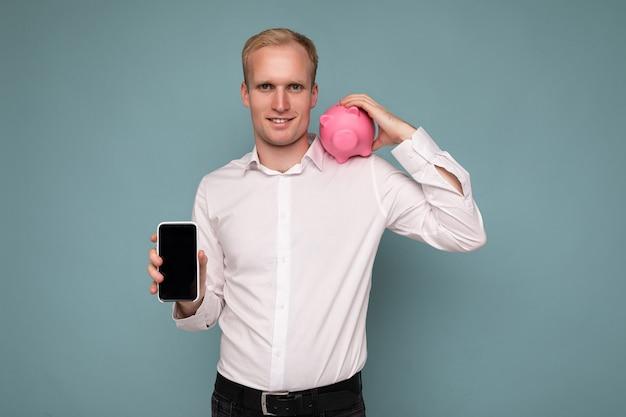 Zdjęcie portretowe pewnego siebie uśmiechniętego młodego przystojnego blondyna męskiego biznesmena noszącego na co dzień biały