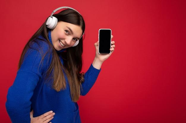 Zdjęcie portretowe z profilu bocznego urocza szczęśliwa młoda brunetka ubrana w swobodny niebieski sweter