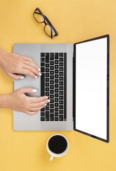 Zdjęcie procesu roboczego mężczyzna wpisując widok z góry laptopa