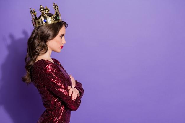 Zdjęcie profilowe atrakcyjnej damy w koronie, skrzyżowane ramiona, arogancka, apodyktyczna osoba