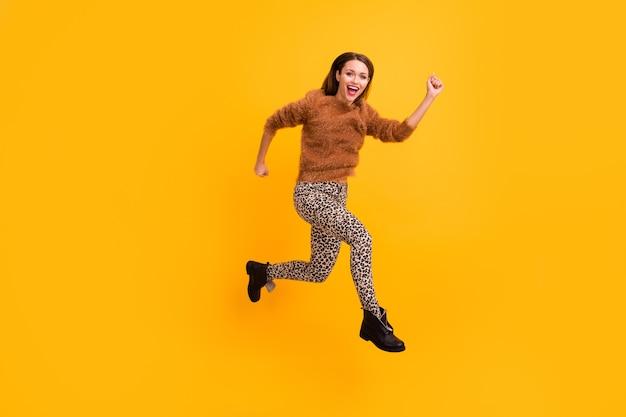 Zdjęcie profilowe całego ciała ładnej podróżniczki skaczącej wysoko, szybko pędząc na zakupy niskie ceny wyprzedaży za granicą