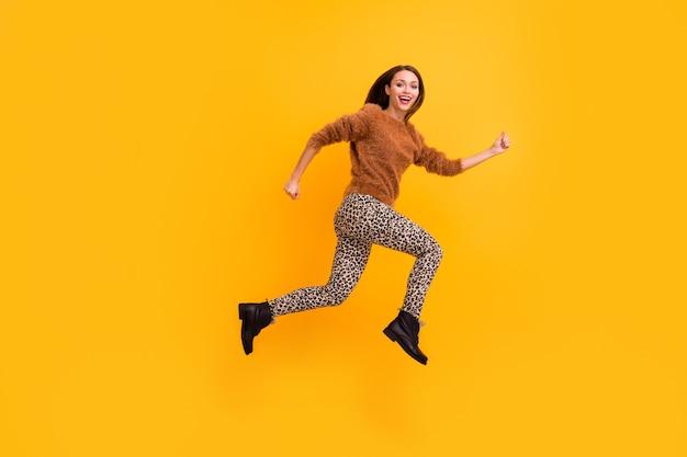 Zdjęcie profilowe całego ciała ślicznej, odjazdowej pani skaczącej z dużą prędkością, pędącej do zakupów w sezonie niskich cen