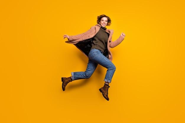 Zdjęcie profilowe całego ciała śmiesznej ładnej pani skaczącej wysoko w pośpiechu w centrum handlowym rabaty noszą swobodny różowy płaszcz sweter dżinsy lampartowe buty