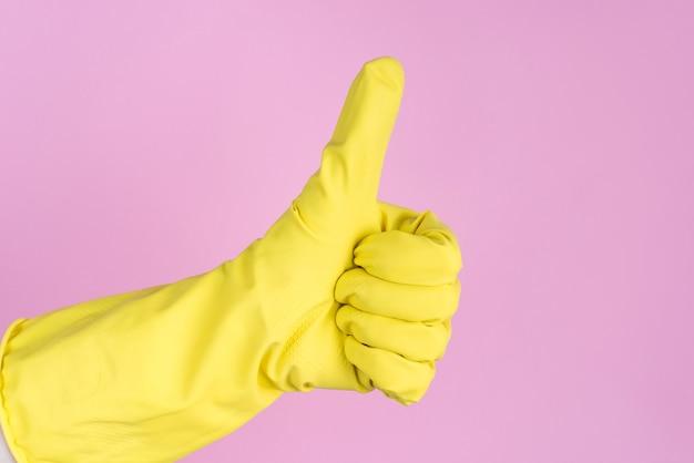 Zdjęcie profilowe dłoni w żółtej gumowej rękawiczce, dzięki czemu palec w górę