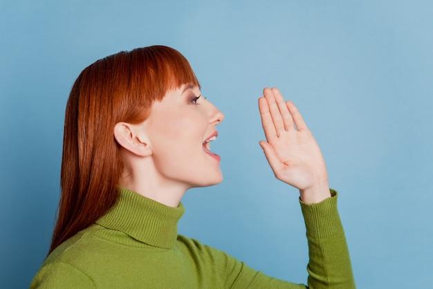 Zdjęcie profilowe dziewczyny mówi wiadomość o pustej przestrzeni odizolowanej na niebieskim tle