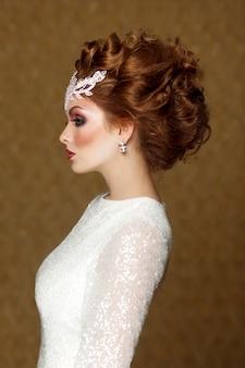 Zdjęcie profilowe modnej fryzury ślubnej, rudowłosej panny młodej w sukni ślubnej