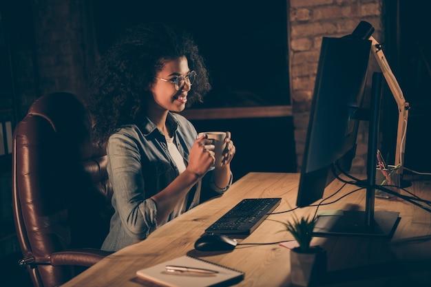 Zdjęcie profilowe pięknej ciemnej skóry biznesowej pani pije gorącą kawę w miejscu pracy