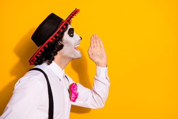 Zdjęcie profilowe przerażającego faceta ręka usta rozprzestrzeniać plotka ostatnia jesień karnawał temat party nosić biała koszula róża cukier czaszka śmierć kostium sombrero szelki na białym tle żółty kolor tła
