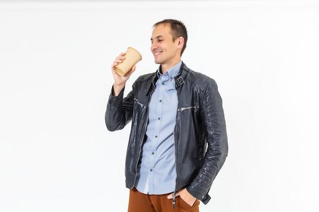 Zdjęcie profilowe z boku funky pozytywnego człowieka z bliskiego wschodu przytrzymaj wziąć kubek z kawą mieć wolny czas po pracy cieszyć się odpoczynkiem nosić biały strój na białym tle nad pastelowym kolorem tła
