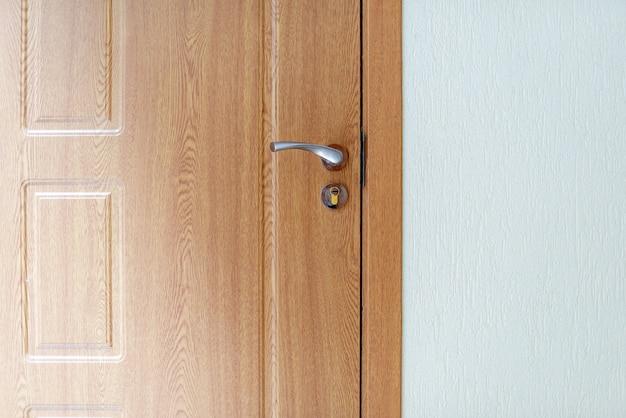 Zdjęcie prostego drewnianego drzwi, koncepcja projektowania wnętrz