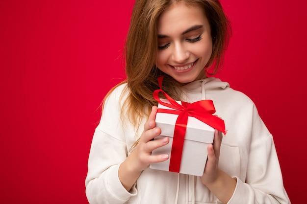 Zdjęcie przedstawiające całkiem pozytywną uśmiechniętą, młodą, ciemną blond kobietę