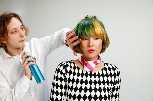 Zdjęcie przedstawiające dorosłą kobietę w salonie fryzjerskim.