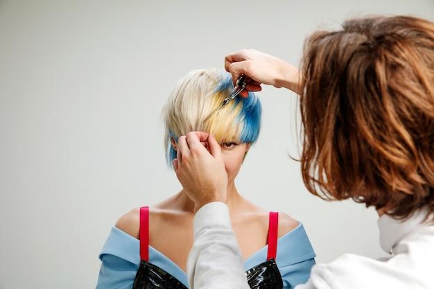 Zdjęcie przedstawiające dorosłą kobietę w salonie fryzjerskim