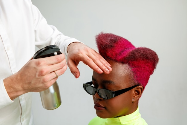 Zdjęcie przedstawiające kobietę w salonie fryzjerskim.