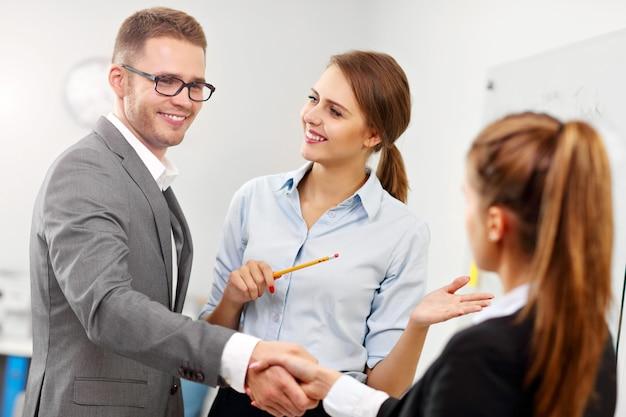 Zdjęcie przedstawiające menedżera wprowadzającego nowego pracownika do zespołu