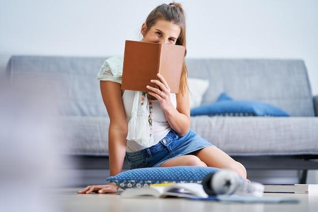 Zdjęcie przedstawiające studentkę uczącą się w domu