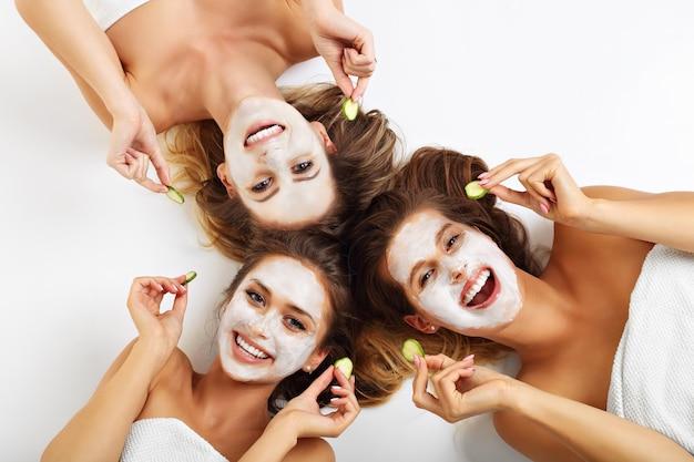 Zdjęcie przedstawiające trzech przyjaciół z maskami na twarz na białym tle