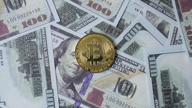 Zdjęcie przedstawiające widok z góry banknotu 100 dolarów dla treści biznesowych