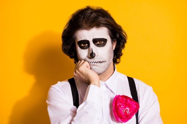 Zdjęcie przerażające straszne smutne stworzenie potwora najeżone facet ręka policzek prawie płakać nie udało się znaleźć pracy podziemia nosić biała koszula róża śmierć kostium szelki na białym tle żółty kolor tło