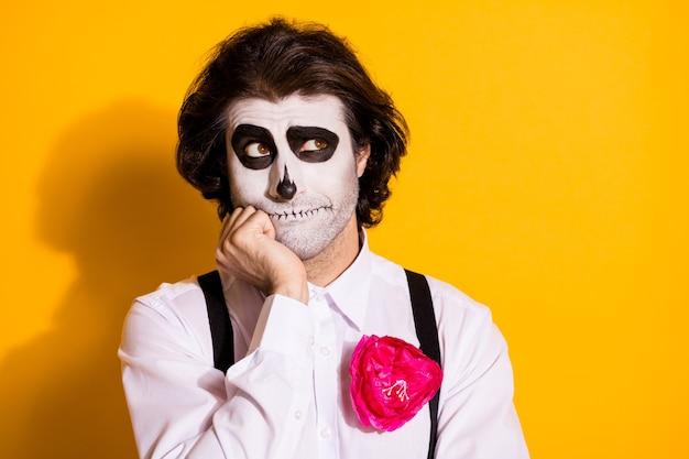 Zdjęcie przerażające straszne stworzenie najeżone facet ręka policzek wygląd pusta przestrzeń wyobrażam sobie, że żyjesz plan zmartwychwstanie nosić biała koszula róża śmierć kostium szelki na białym tle żółty kolor tło