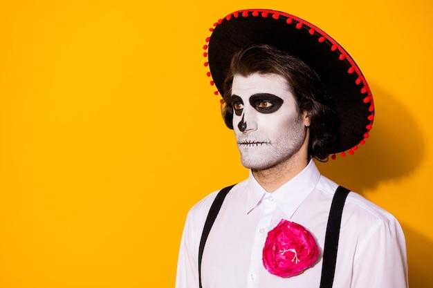 Zdjęcie przerażającego duchowego faceta patrzenie pusta przestrzeń czekanie martwi mężczyźni potwór stwory maszerujący nosić biała koszula śmierć kostium cukier czaszka szelki na białym tle żółty kolor tło