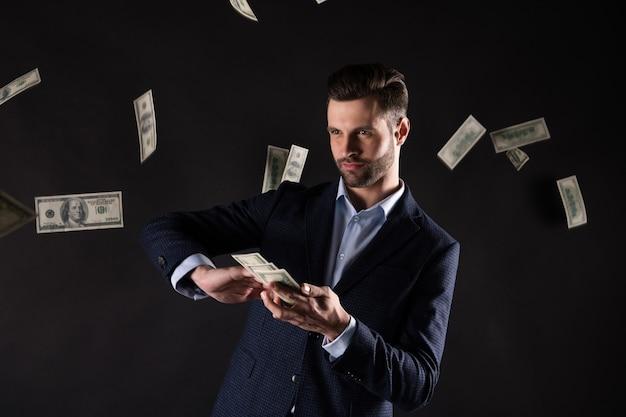 Zdjęcie przystojnego faceta z biznesu trzyma się za ręce usa dolców bogaty sukces milioner wydaje pieniądze