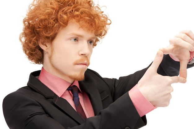 Zdjęcie przystojnego mężczyzny tworzącego ramkę palcami