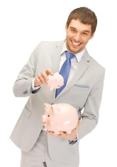 Zdjęcie przystojnego mężczyzny z dwoma skarbonkami...