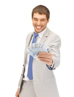 Zdjęcie przystojnego mężczyzny z pieniędzmi w euro