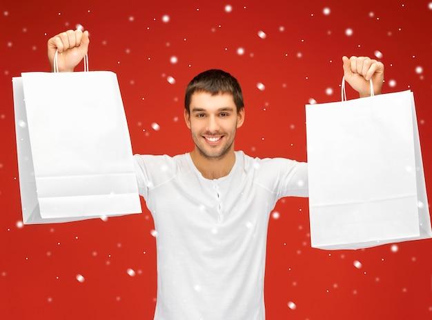 Zdjęcie przystojnego mężczyzny z torbami na zakupy