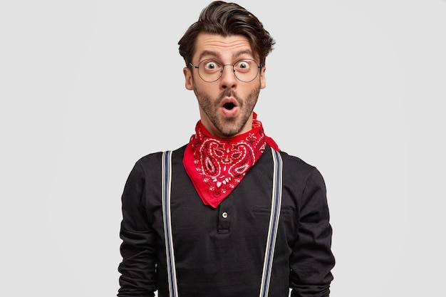 Zdjęcie przystojny brodaty hipster