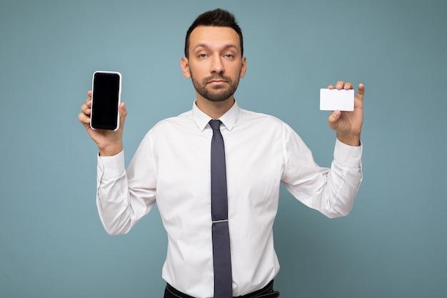 Zdjęcie przystojny przystojny mężczyzna brunet z brodą na sobie dorywczo białą koszulę i krawat na białym tle
