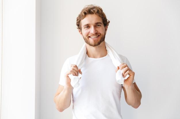 Zdjęcie przystojny szczęśliwy młody człowiek w łazience w domu, czyszczenie, szczotkowanie zębów.