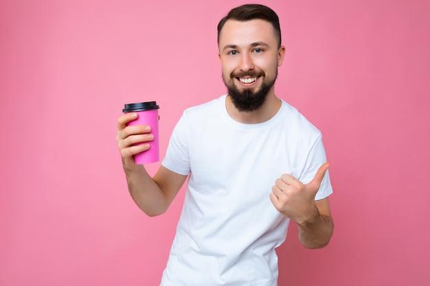 Zdjęcie przystojny uśmiechnięty młody brunetka nieogolony mężczyzna z brodą na sobie białą koszulkę
