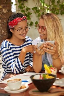 Zdjęcie radosnych przyjaciół rasy mieszanej, którzy bawią się razem