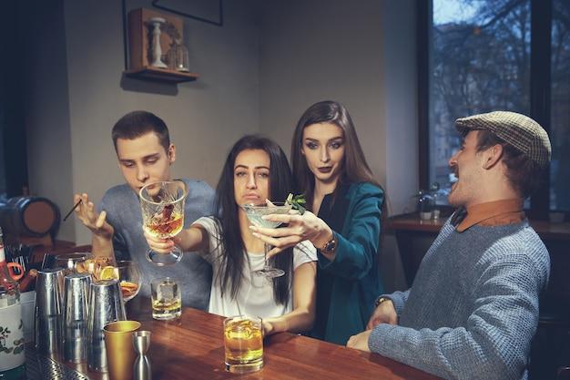 Zdjęcie radosnych przyjaciół w barze lub komunikującym się ze sobą pubie