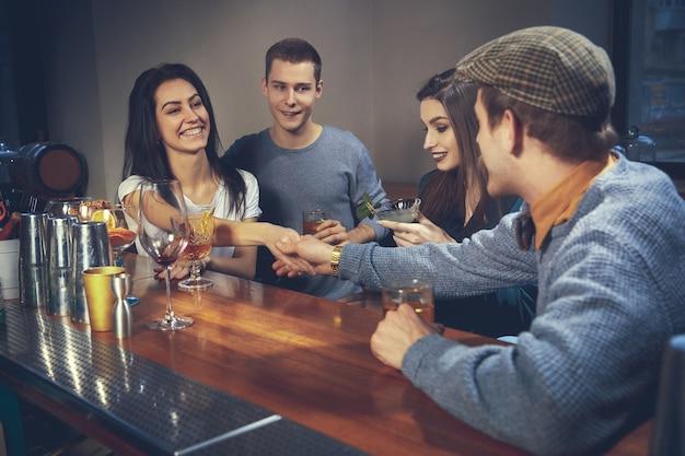 Zdjęcie radosnych przyjaciół w barze lub w komunikującym się pubie