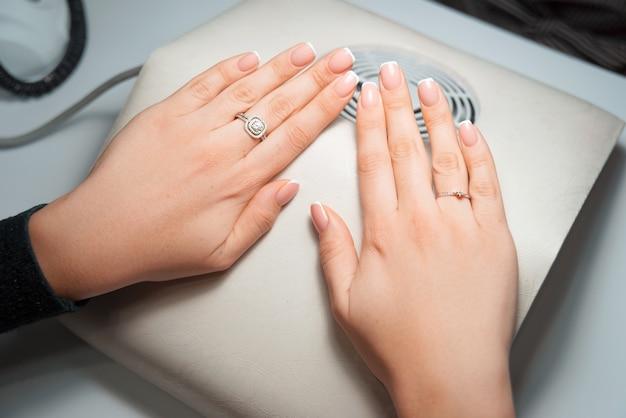 Zdjęcie rąk kobiety w stylu francuskim