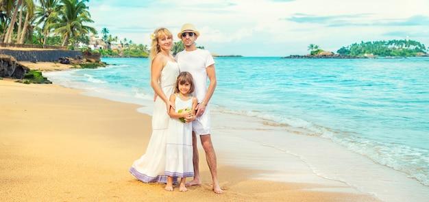 Zdjęcie rodzinne na egzotycznej plaży