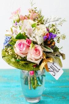 Zdjęcie romantycznego bukietu różowych róż, lilii, zielonych liści