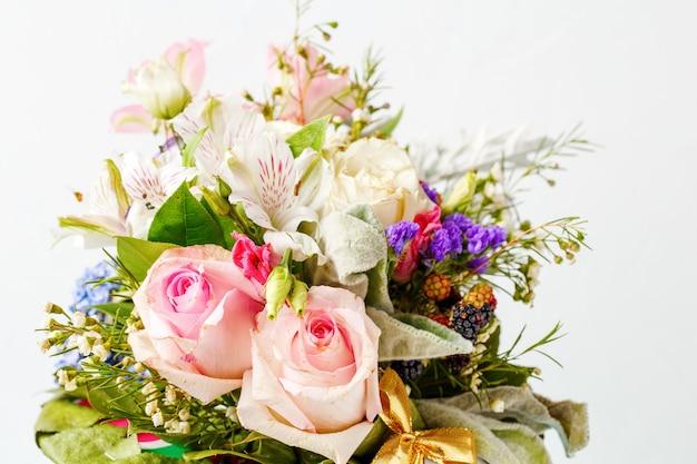 Zdjęcie romantyczny bukiet róż, lilii, zielonych liści, z bliska