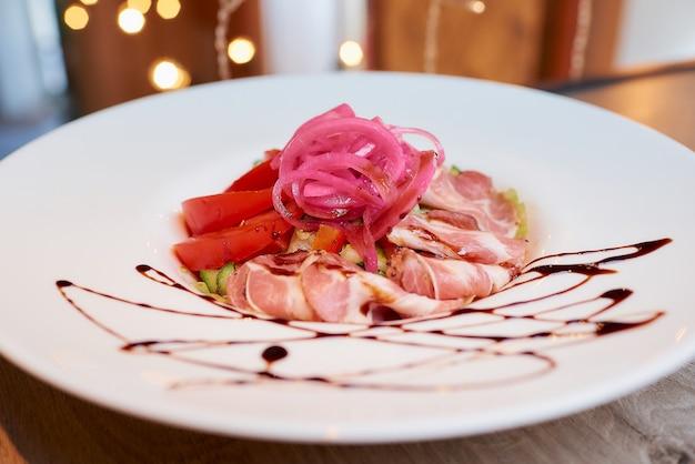 Zdjęcie sałatki z mięty i dolendwitz w restauracji na stole