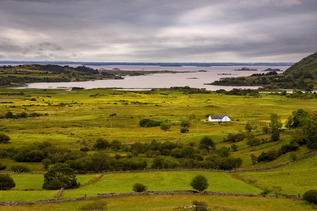 Zdjęcie samotnej osoby mieszkającej na wyspie clare w hrabstwie mayo w irlandii