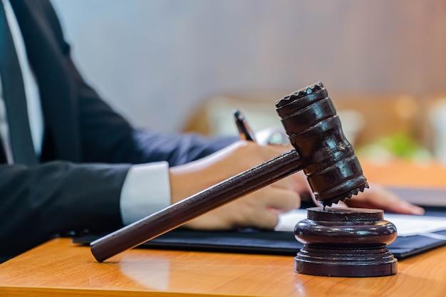 Zdjęcie sędziego drewniany młotek